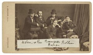 Groepsportret van vijf jonge mannen