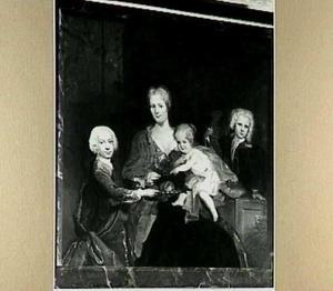 Portret van Maria de Lange (1696-1744), echtgenote van Cornelius Ascanius van Sypesteyn, met haar drie jonge kinderen