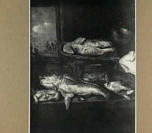 Visstilleven met krab, kreeft, kabeljauw en makreel op een tafel met mand en weegschaal; door het venster uitzicht op visverkopers op het strand