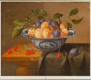 Stilleven van vruchten in een Wan Li-schaal op een houten tafel