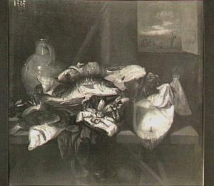 Visstilleven met rog, krab, schol, kabeljauw en mosselen op een viskaar met kleed, kruik en mand; door het venster (rechts) uitzicht op groepje netten boetende vrouwen