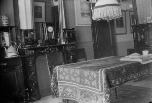 Interieur van het huis van George Hendrik Breitner aan de Overtoom te Amsterdam