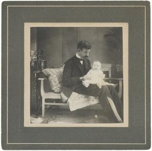 Portret van Philip Maurits (Mauke) van der Haer (1877-?) en Laurence Julie van der Haer (1909-1990)