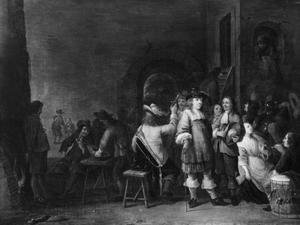 Pratende en rokende soldaten en een ionge vrouw in een wachtlokaal