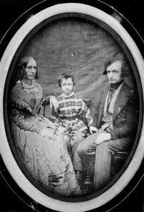 Portret van Conradus Leemans (1809-1893), Cornelia Maria de Virieu (1818-1904) en Wilhelmus Francois Leemans (1841-1929)