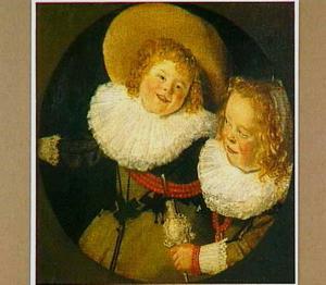 Lachende jongen en meisje met rammelaar