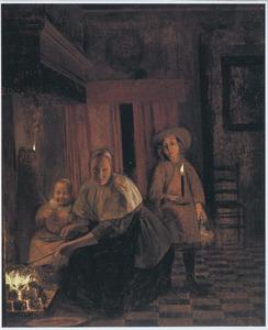 Voornaam interieur met vrouw en twee kinderen bij de open haard