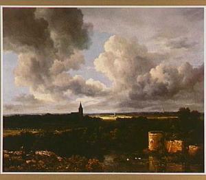 Weids landschap met kasteelruïne en kerktoren