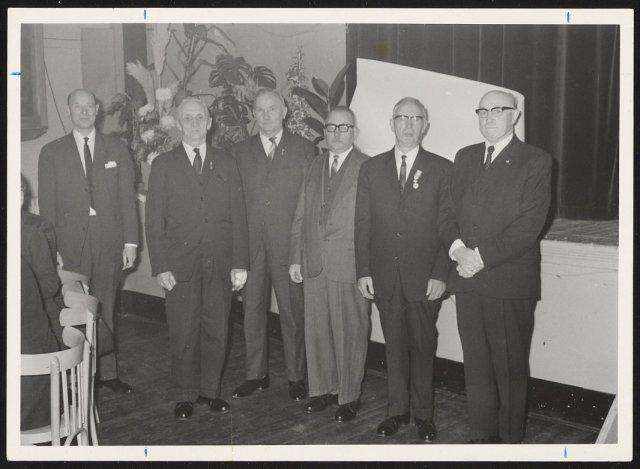 Bij het 50-jarig jubileum van B. de Wit. De jubilaris te midden v...