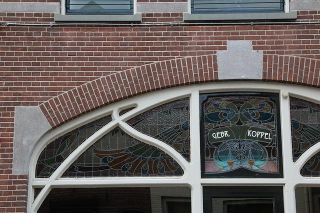Overzicht gedeelte glas-inl-lood venster met voorstelling van een...