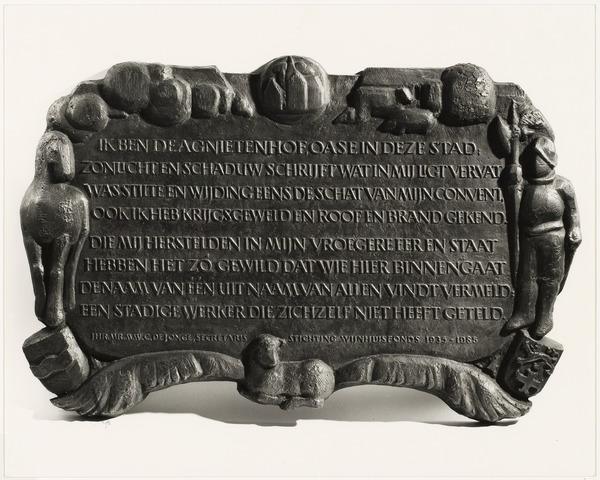 Tekstbord in de poort naar de Agnietenhof: 'Ik ben de Agnietenhof...