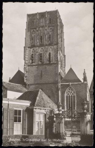 De St. Walburgiskerk zonder torenspits gezien vanuit de tuin van ...