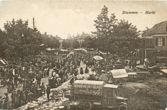 Zicht op de jaarmarkt in 1923. Linksboven lijkt een mast te staan...