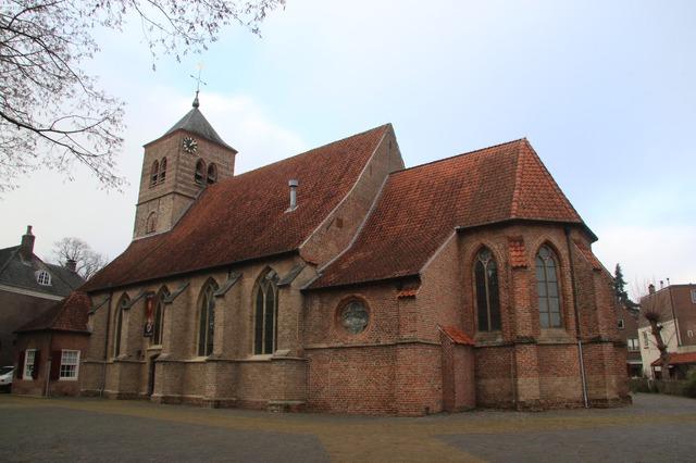 Overzicht ned. herv. Kerk (St. Martinus) met ingebouwde toren. De...