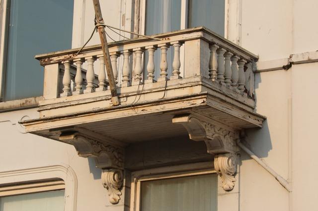 Vazen Op Balkon : Overzicht balkon in de gevel aan de ijsselkade met gedecoreerde c