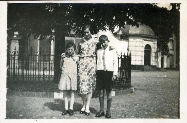 De vrouw en kinderen van Paulus Monster bij de Wilhelminaboom. Op...