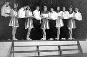Groep van jongedames in een voorstelling van gymnastiekvereniging Olympia. O.a. …