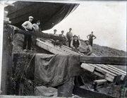 Bij scheepswerf Duivendijk wordt een schip over de dijk heen te water gelaten.