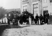 Postkoets stopt bij het gemeentehuis