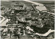 Luchtfoto van de stad met de beide bruggen naar Brabant.