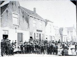 grote groep mensen op straat
