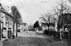 Een straat met bewoners.