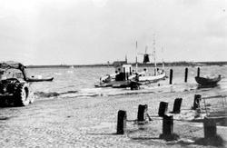 Veerstoep met veerschuit naar Nieuw Vossemeer bij hoog water.