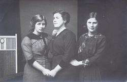 Drie vrouwen van het gezin Stoutjesdijk, bakker in Oud-Vossemeer