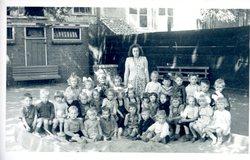 Schoolfoto 1946. Bewaarschool groep ?  Achter juf. Laura Hengstmengel.  Achterst…