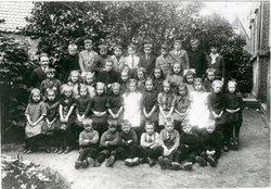 Schoolfoto  Openbare lagere school groep ?.  A = Mr. Abraham Scherpenisse. Boven…