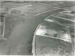 Luchtfoto van de aanleg van het Schelde Rijnkanaal en de Philipsdam met zicht op…