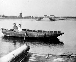 in de stroom met roeiboot door de veerbaan Oud-Vossemeer naar Nieuw-Vossemeer