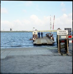 Veerpont met de eendracht en Nieuw-Vossemeer op de molen van achtergrond