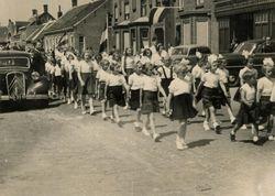 Gymnastiekvereniging Excelsior loopt in optocht door de straat