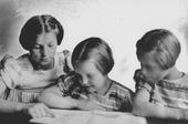 Tweede Wereldoorlog. Van links naar rechts de zusjes Ludovica Sophia M. Stam, geboren te Tilburg op 24 juni 1927, Petronella Johanna Stam, geboren te Tilburg op 9 augustus 1932, en       Sophia Catharina Stam, geboren te Tilburg op 29 augustus 1930. Zij kwamen om het leven op 10 mei 1940 door de inslag van een brisantbom in de Noordstraat. De zusjes woonden aan de Arke       Noëstraat 82.