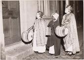 Driekoningen zingen. Foto 1938 op drie koningenavond gaan kinderen te Tilburg met verlichtte lampions of uitgeholde pronkappels langs de deuren onder het zingen van toepasselijke       oude deuntjes. Foto: hier zo'n drietal waarbij drie kinderen een lampion dragen.