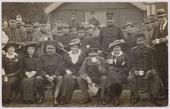 Eerste Wereldoorlog. Belgische vluchtelingen. Enkele leden van het Tilburgsche Vluchtelingencomité met gevluchte Belgische militairen