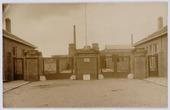 Oude ingang van het Gemeentelijk slachthuis (abattoir) aan de Enschotsestraat. Het hekwerk werd waarschijnlijk vervaardigd door smederij P.J. van Oirschot uit de Hoefstraat       241.