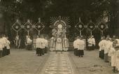 Religie. Viering Sacramentsdag in de tuin van de missionarissen van het H. Hart aan de Bredaseweg. Op de foto zegent een priester van monstrans de menigte.