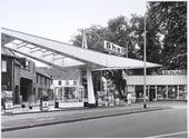 Benzinestation op het Korvelplein, afgebroken in 1985. Links de poort naar het Calandhof