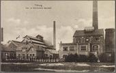 Gemeentelijk gas- en electriciteitsfabriek aan de Lange Nieuwstraat. Aan de Lange Pad in de wijk Nijveroord werd op grond van de heren Van Tulder en Verhoeven in 1871 begonnen met       de bouw van een gemeentelijk gasfabriek. De fabriek werd ontworpen door de heren Van den Bergh en Cluijsenaar uit Breda. De eerste directeur, A.C. Niemeijer, vertrok al voordat de bouw op 4       november 1871 werd aanbesteed. Zijn opvolger was de heer Keenens. Na de bouw werd in 1873 een tweede gashouder geplaatst. In juni 1873 was de bouw geheel voltooid. Later sprak men van de oude       en de nieuwe gasfabriek. Op het terrein van de oude gasfabriek kwam de ijzergieterij van de gebroeders Deprez, die in 1901 verplaatst werd naar het terrein naast hun stoomketelfabriek. Op het       terrein van de nieuwe gasfabriek werd in 1889 een nieuwe gashouder geplaatst met een doorsnede van 30 meter, vervaardigd door de voornoemde firma Deprez. Door een van de directeuren van de       gasfabriek, de heer Herboth, werd in 1879 een toestel uitgevonden 'tot gasverlichting om extra brandgevaar bij spinnen en malen van katoen te verminderen'. De electriciteitscentrale van de       gemeente werd in 1911 geopend op het terrein naast de gemeentelijk gasfabriek. Links het kantoor en ambtswoning, rechts de electriciteitscentrale met daarachter de schoorsteen van de koeltoren.       De gebouwen werden, met uitzondering van kantoor en ambtswoning, gesloopt nadat Tilburg electriciteit ging betrekken van de PNEM en overschakelde op aardgas.