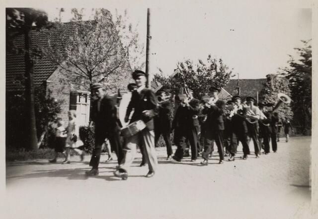 058791 - WOII; WO2; Bevrijdingsfeest 1945. Harmonie Euterpe rukt uit.