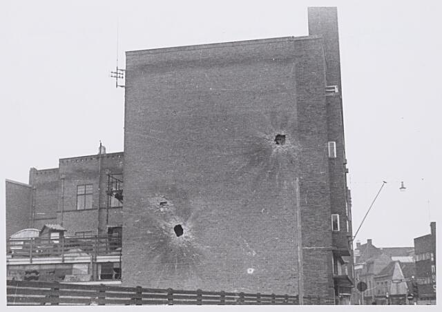 013249 - WO2 ; WOII ; Tweede Wereldoorlog. Bevrijding. Zijgevel van radiohandel en radiodistributiedienst Van Boxtel op de hoek van de Raadhuisstraat en de Zomerstraat. Het pand werd geraakt door granaatvuur tijdens beschietingen die aan de bevrijding voorafgingen
