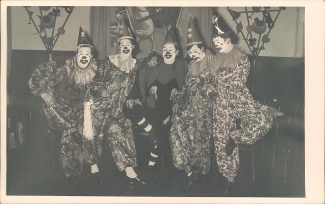 651843 - Tilburg. Een groep clowns - waarschijnlijk van een opvoering op een school