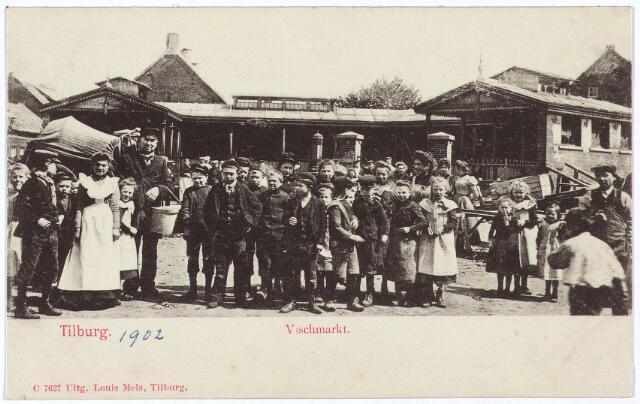 002543 - De overdekte vismarkt aan het Willemsplein N 1069, vanaf 1910 Willemsplein 5. Het terrein voor de bouw van deze vismarkt werd in 1886 gekocht van J.N. de Loos. Men vond deze plaats zeer goed gekozen, omdat de zogenaamde 'Vrijdagsche markt' in de loop der tijden steeds verder opgeschoven was van de Markt in de richting van de Paleisstraat en het Willemsplein. Op 7 juli 1889 werd in de krant bekend gemaakt dat de bouw gegund was aan de aannemers P. Meeuws en J. Horvers voor een bedrag van 9200 gulden. De markt zou bestaan uit een overdekte galerij van 45 meter lengte met ruimte voor twintig verkooppunten. In het midden kwam een open ruimte met een pomp en het geheel werd afgesloten met een hekwerk. Op 22 februari 1890 werd de vishal officiëel in gebruik genomen. Het typische bouwwerk viel in september 1961 onder de slopershamer. De vismarkt lag aan de rand van de Koningswei tussen de Koningstraat (links) en de Anna Paulownastraat (rechts)