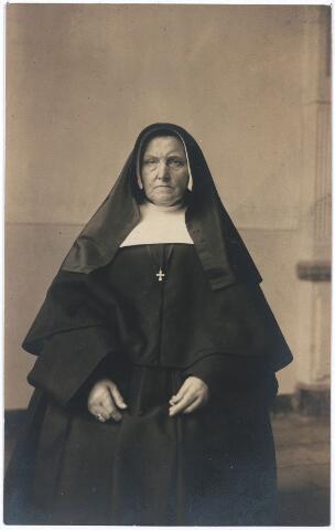004754 - Soeur Marie Laurence op haar gouden kloosterfeest in Den Bosch in 1923. Zij was een dochter uit het gezin van Laurentius Janssens en Elisabeth van Buren. Zij was lid van de  Congregatie der Zusters van Jezus, Maria, Jozef (JMJ), gesticht in 1822.