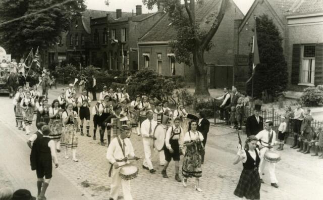 600437 - Bevrijdingsoptocht te Udenhout