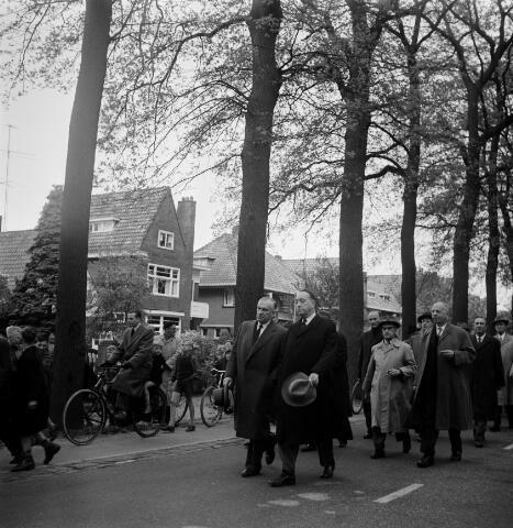050612 - 1e Spade Hoogspoor en omlegging van het Bels Lijntje, burgemeester Van Voorst tot Voorst en dr. mr. F. den Hollander president NS.
