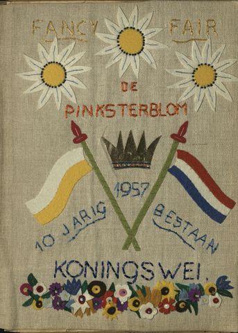 """1608_004_ - Plakboek """"Fancy fair de Pinksterblom"""", 1957 Foto's, knipsels, verslagen en documentatie, rondom de viering van het 10-jarig jubileum van wijkwerk 'De Koningswei'.   Uitreiking """"Pro Ecclesia et Pontifici""""  voor Bertje Eigenraam door Bisschop Bekkers (1958)"""