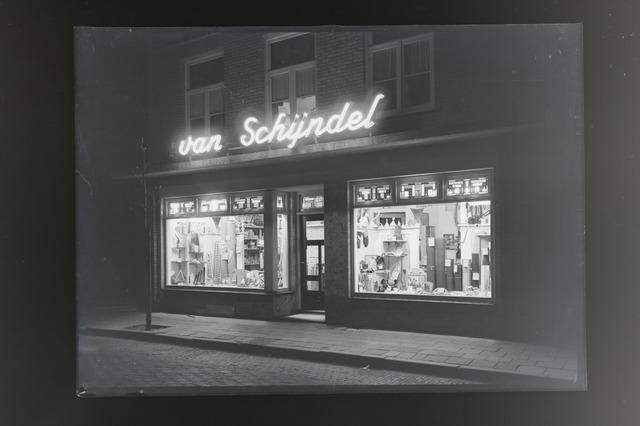 654695 - Middenstand. Etalage van firma van Schijndel, ijzerwaren en gereedschappen.